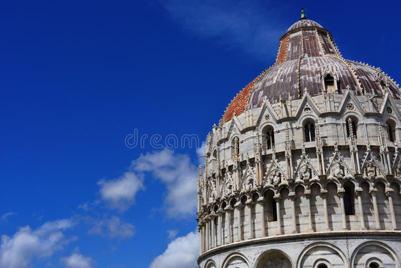Abóbada do batistério de Pisa com nuvens imagens de stock