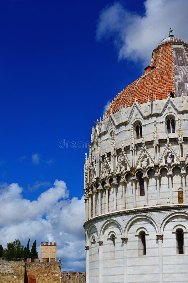 Abóbada do batistério de Pisa com nuvens imagem de stock