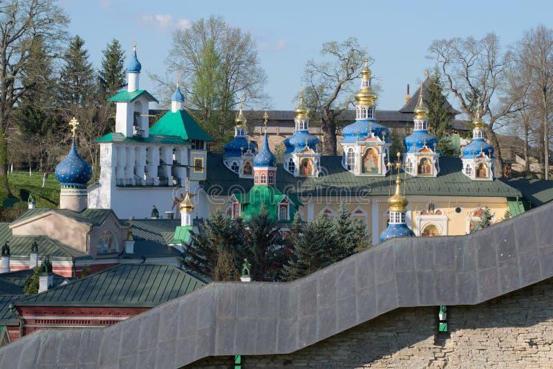 Abóbada do monastério santamente de Dormition Pskovo-Pechersky, primeiro de maio ensolarado Pechory, região de Pskov fotos de stock royalty free