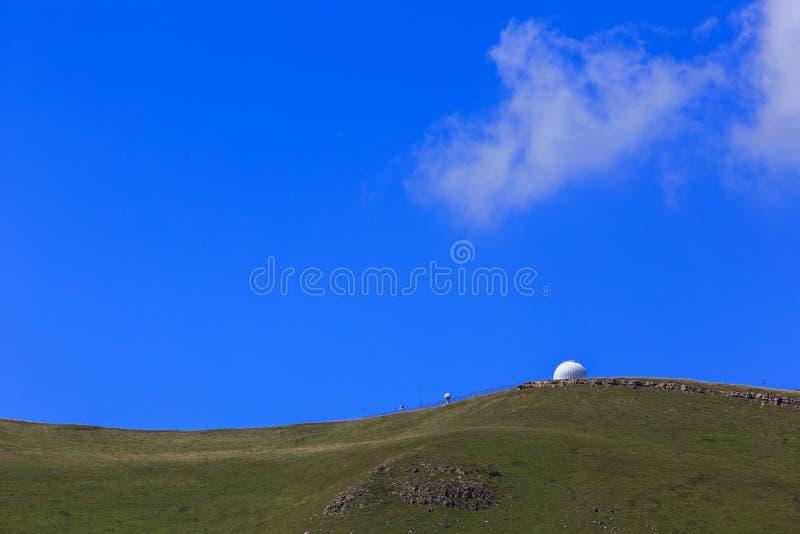 A abóbada do obervatório para observar protagoniza nas montanhas fotografia de stock