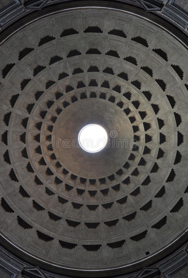 Abóbada do panteão de Roma com oculus no centro imagem de stock