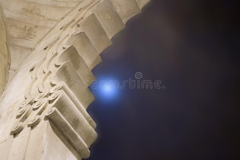 Abóbada do templo com lua azul fotografia de stock
