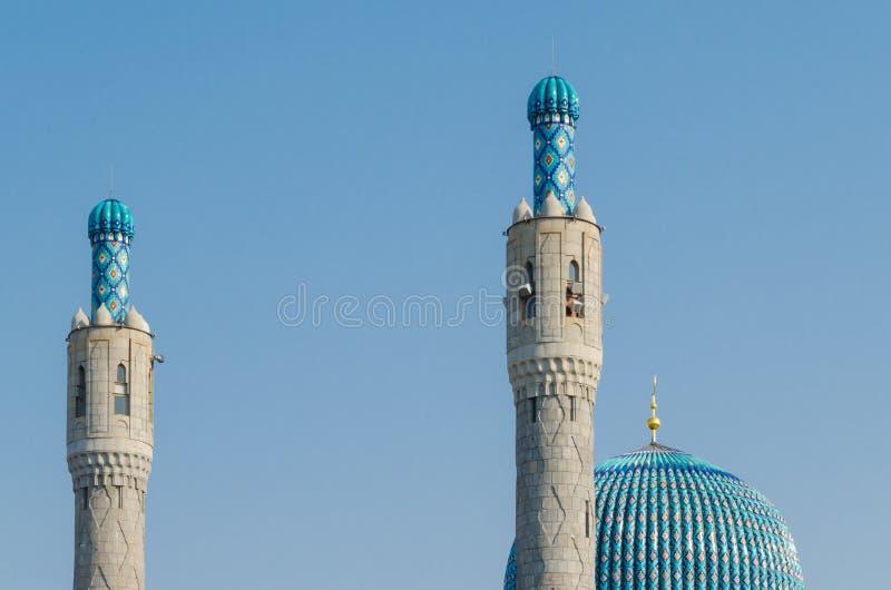 A ab?bada e os minaretes magn?ficos da mesquita da catedral contra o c?u azul Fundo de Ramadan Kareem foto de stock royalty free