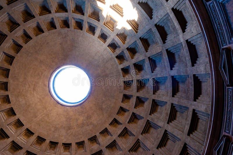 A abóbada famosa do teto da gaveta do templo do panteão de todos os deuses com a rotunda aberta larga na parte superior A luz sol imagens de stock