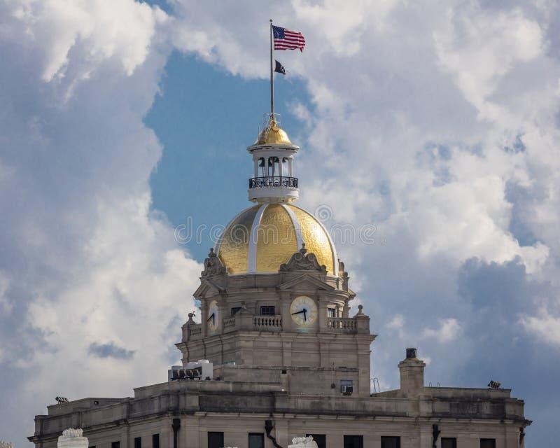 Abóbada histórica 28 de junho de 2017 - SAVANNAH GEORGIA - de Savannah City Hall Clock Tower e do ouro com E.U. EUA, ouro fotos de stock