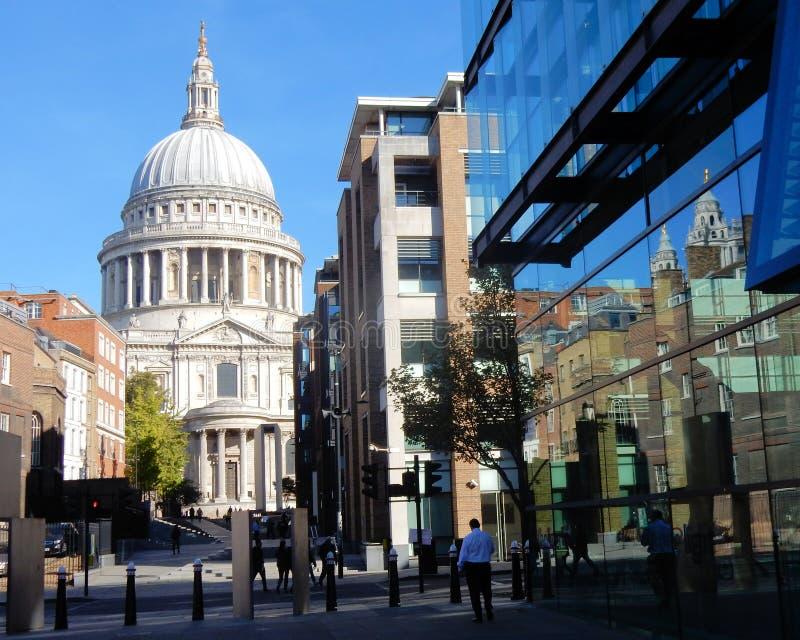 Abóbada mundialmente famosa da catedral de Londres, St Paul com reflexão no prédio de escritórios imagens de stock royalty free