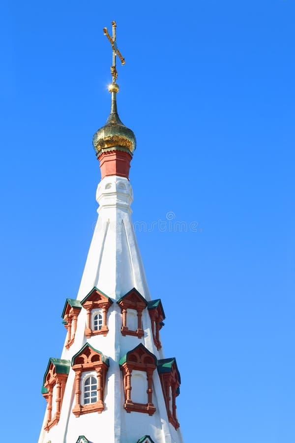 Abóbada pequena dourada com cruz da igreja ortodoxa do russo fotos de stock royalty free