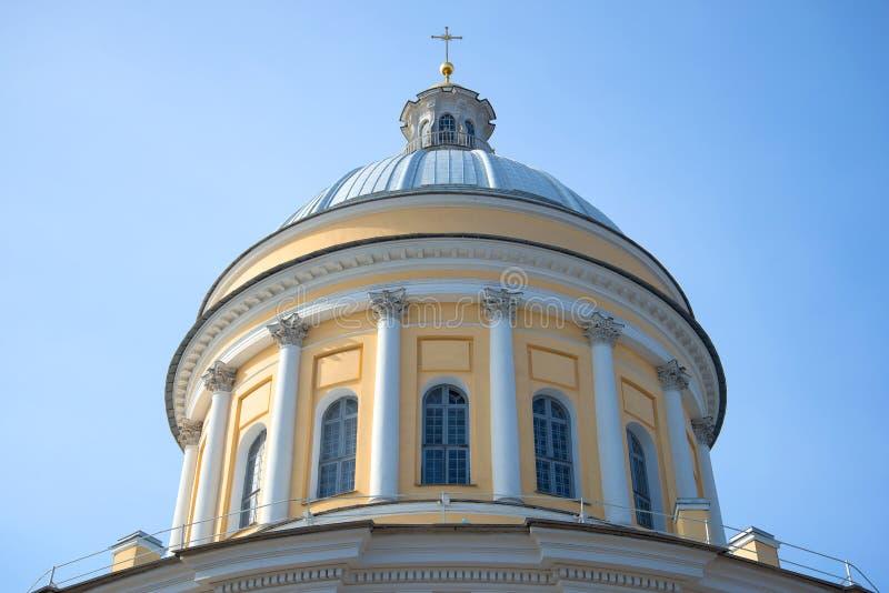 A abóbada principal da catedral da trindade do fim de Alexander Nevsky Lavra acima, na perspectiva do céu azul St Petersburg fotografia de stock