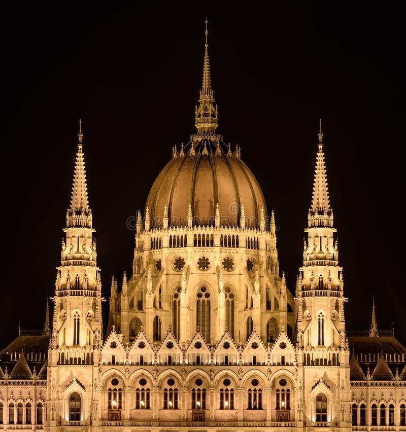 A abóbada principal da construção húngara do parlamento, em Budapest, iluminou-se acima fotografia de stock