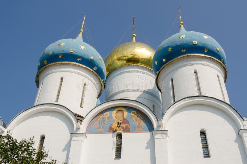 Abóbadas da catedral da suposição da trindade-Sergius Lavra foto de stock