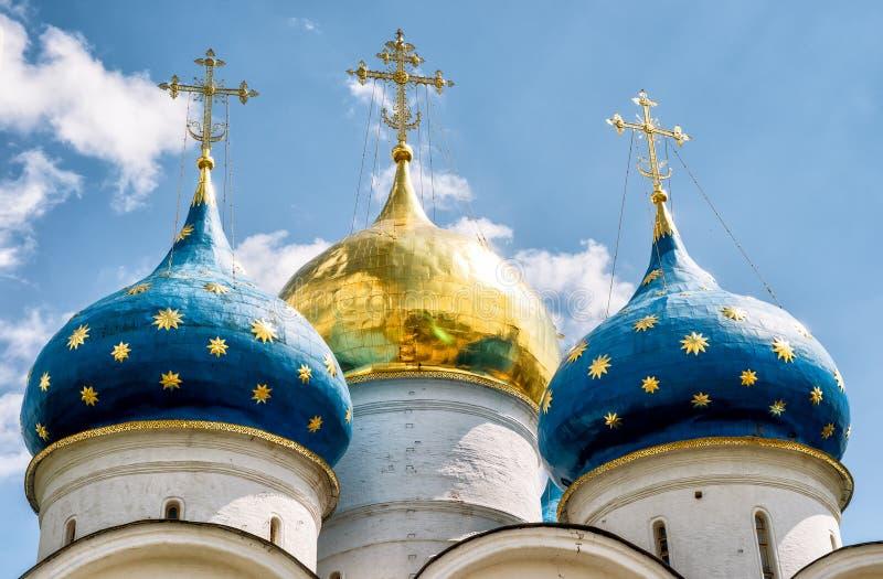 Abóbadas da catedral da suposição na trindade Sergius Lavra, Russ imagem de stock