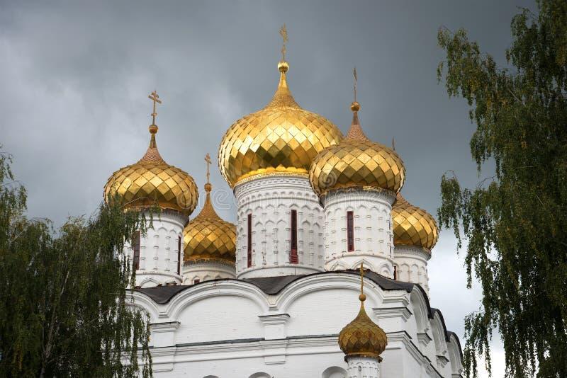 Abóbadas da catedral do dia sombrio de setembro do close up do monastério de Ipatiev da trindade santamente Kostroma fotos de stock