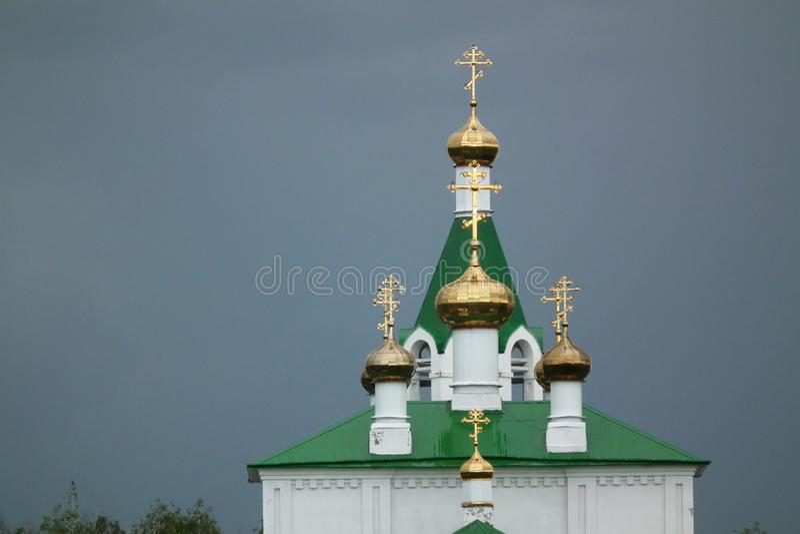 Abóbadas da igreja de ??Golden contra o céu tormentoso escuro imagem de stock royalty free