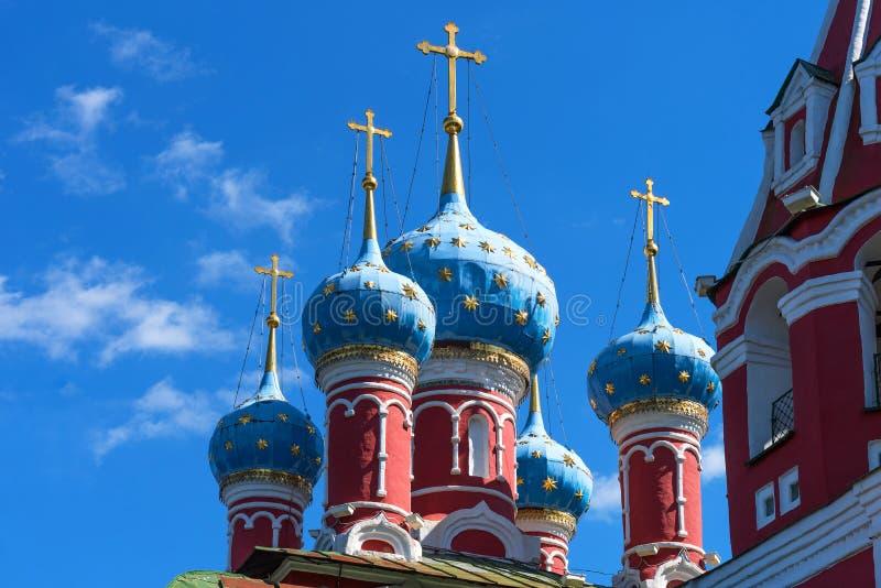 Abóbadas da igreja de St Dmitry no sangue Igreja ortodoxa bonita nos bancos do Volga, Kremlin Uglich, Rússia imagens de stock