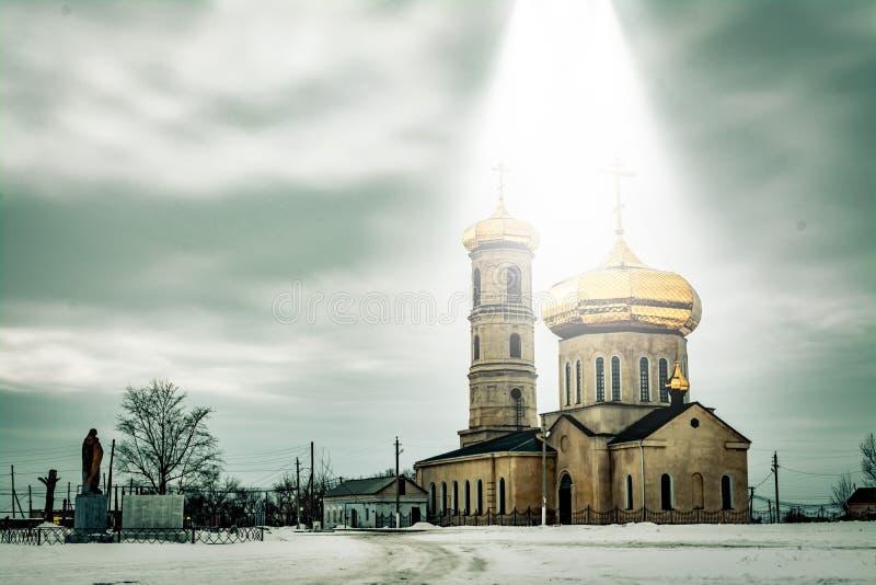 Abóbadas da igreja no feixe da luz celestial fotos de stock