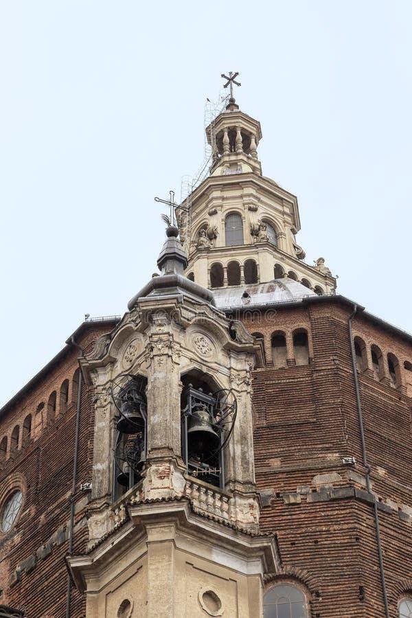 Abóbadas da torre da catedral e de sino em Pavia, Itália foto de stock royalty free