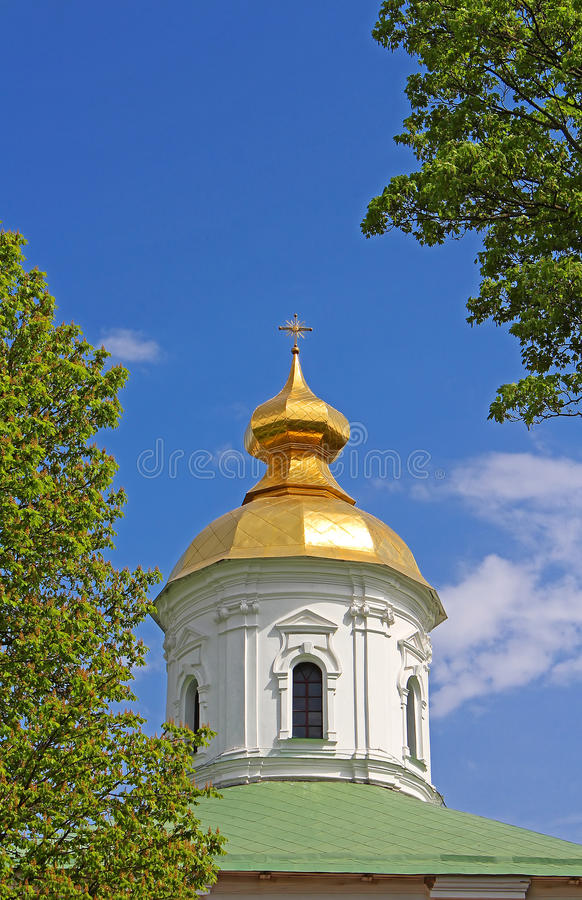 Abóbadas de St Michael Cathedral do monastério de Vydubychi, Kyiv imagens de stock