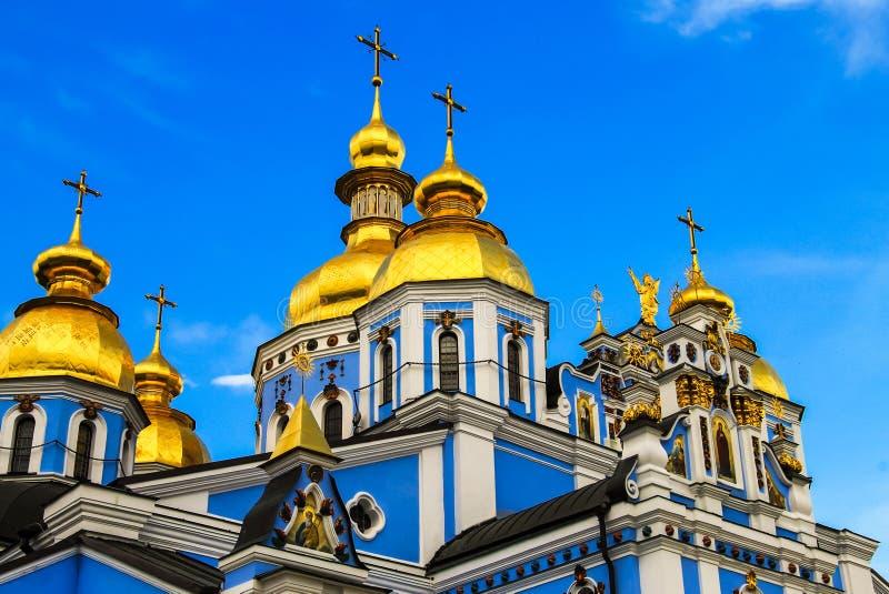 Abóbadas do monastério masculino dourado azul bonito de Svyato Mikhailovsky, a catedral cristã a mais velha de Ucrânia imagem de stock