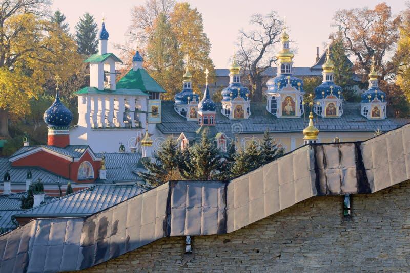 Abóbadas do monastério santamente de Dormition Pskovo-Pechersky na manhã ensolarada de outubro Pechory, região de Pskov Rússia imagem de stock