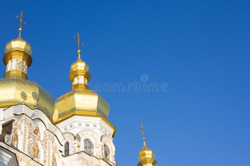 Abóbadas douradas da igreja em Kiev-Pechersk Lavra, monastério cristão antigo em Kiev, Ucrânia imagem de stock