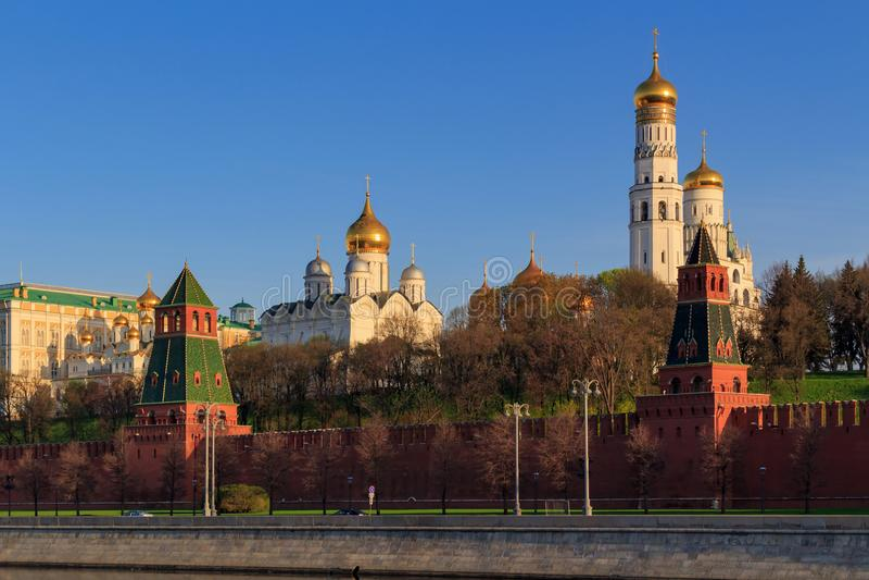 Abóbadas douradas das igrejas do Kremlin de Moscou na manhã ensolarada da mola imagem de stock royalty free