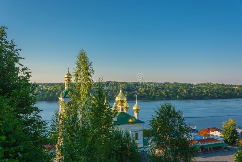 Abóbadas douradas no sol de ajuste, Rússia foto de stock royalty free