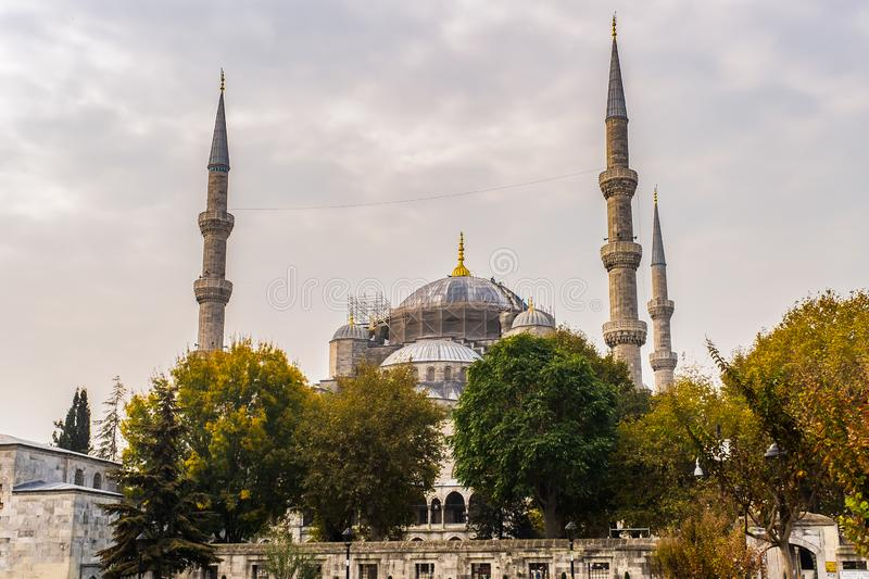 Abóbadas e minaretes de Hagia Sophia na cidade velha de Istambul fotos de stock royalty free