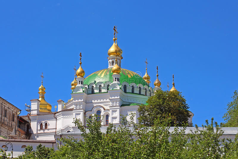 Abóbadas ortodoxos com cruzes douradas da igreja do refeitório, Kyiv, Ucrânia fotografia de stock royalty free