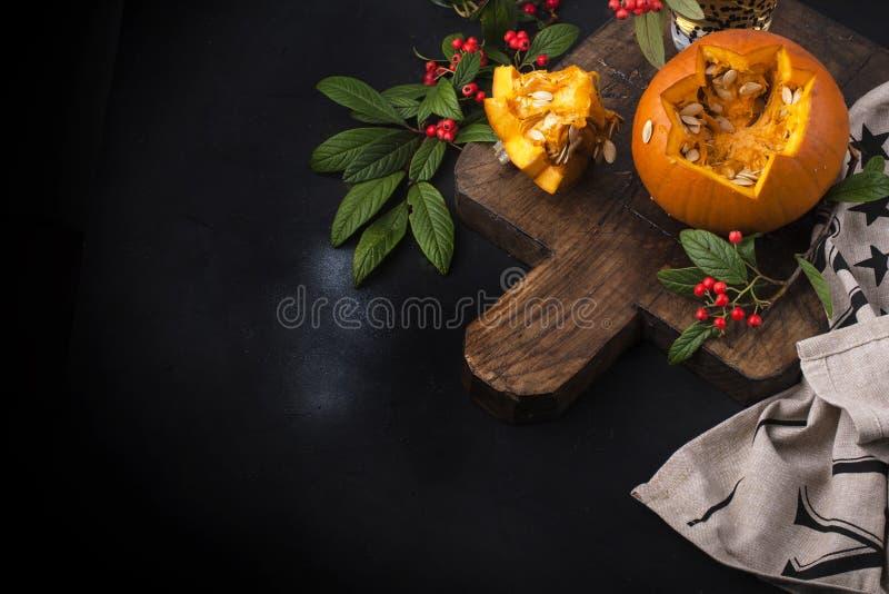 Abóbora bonita amarela com teste padrão cortado para o feriado do outono Decoração para Dia das Bruxas Fundo preto e placa de mad fotos de stock