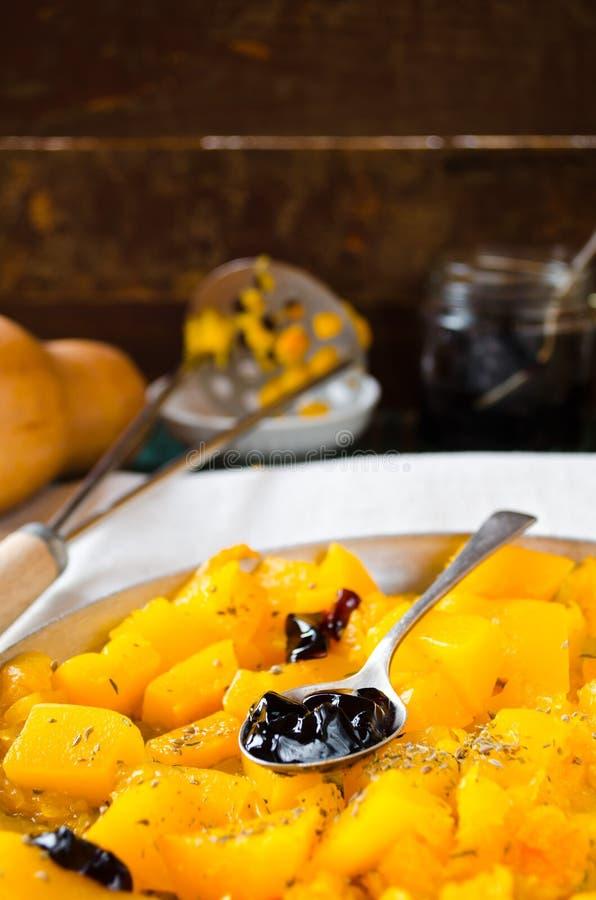 Abóbora cozida com especiarias e doce blackcurrent fotos de stock royalty free
