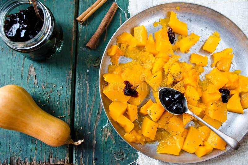 Abóbora cozida com especiarias e doce blackcurrent imagens de stock royalty free