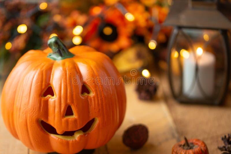 Abóbora de Dia das Bruxas com folhas em uma tabela de madeira velha com luzes luminosas e uma lâmpada velha Humor do outono e fot fotografia de stock