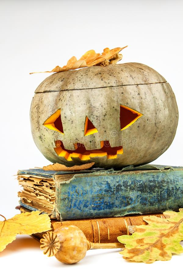 Abóbora de Dia das Bruxas com os livros no fundo branco Abóbora de Dia das Bruxas, lanterna engraçada do ` de Jack O Feriado assu imagens de stock royalty free