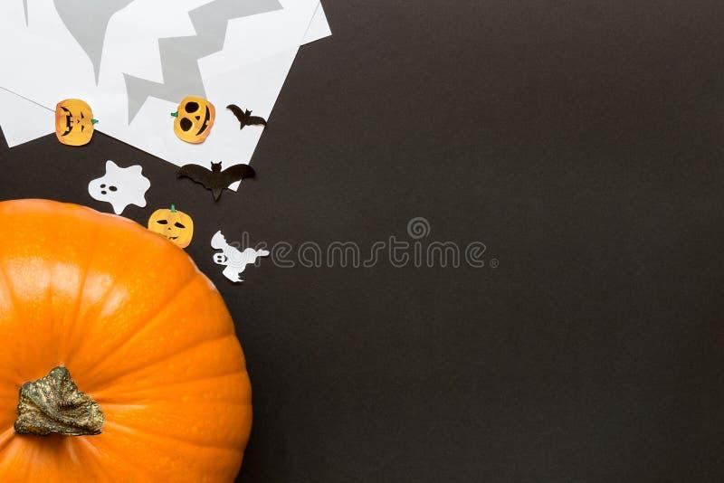Abóbora de Dia das Bruxas e decoração do feriado no fundo preto foto de stock royalty free