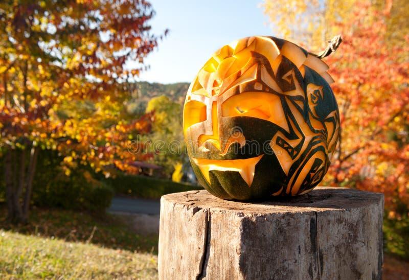 Abóbora de Halloween em um coto de madeira fora imagem de stock