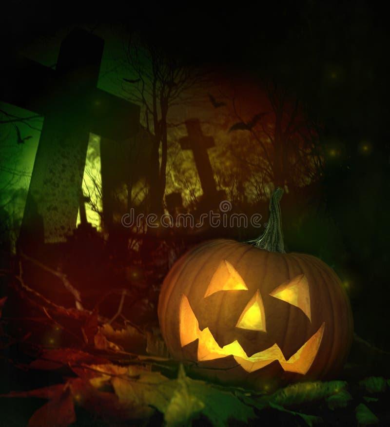 Abóbora de Halloween no cemitério assustador imagem de stock