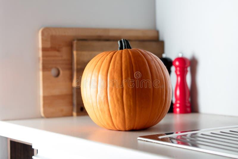 Abóbora de outono em uma tabela na cozinha imagem de stock royalty free