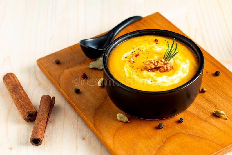 Abóbora do conceito do alimento do inverno do outono ou sopa do butternut na BO preta fotos de stock royalty free