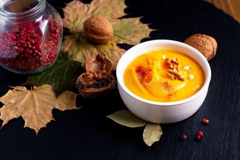 Abóbora do conceito do alimento do inverno do outono ou sopa do butternut no sl preto imagens de stock royalty free