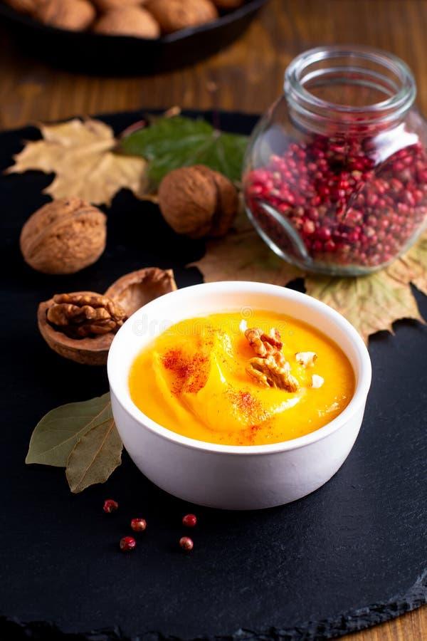 Abóbora do conceito do alimento do inverno do outono ou sopa do butternut no sl preto foto de stock