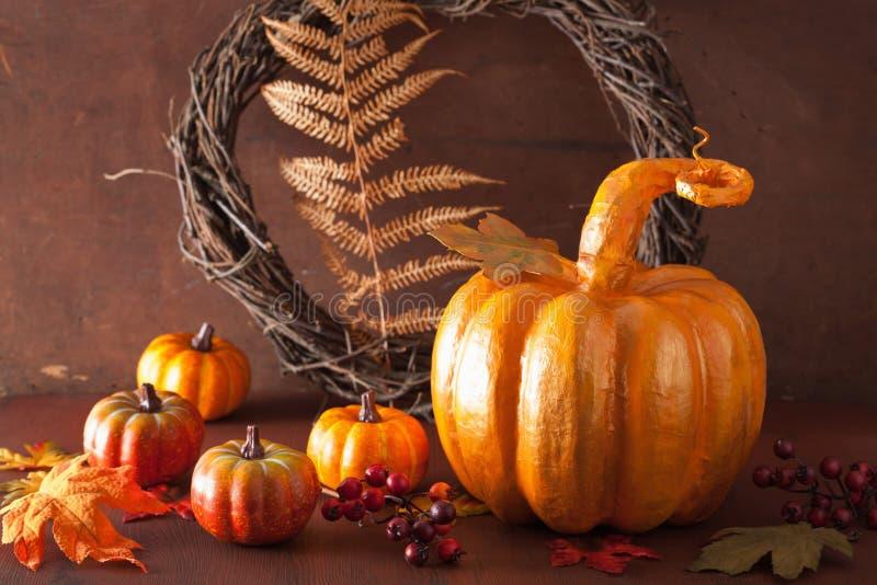 Abóbora do papier-mache e folhas de outono douradas decorativas para hal fotografia de stock royalty free