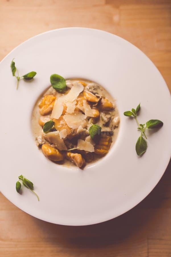 Abóbora e gnocchi das batatas com molho de cogumelos imagens de stock royalty free
