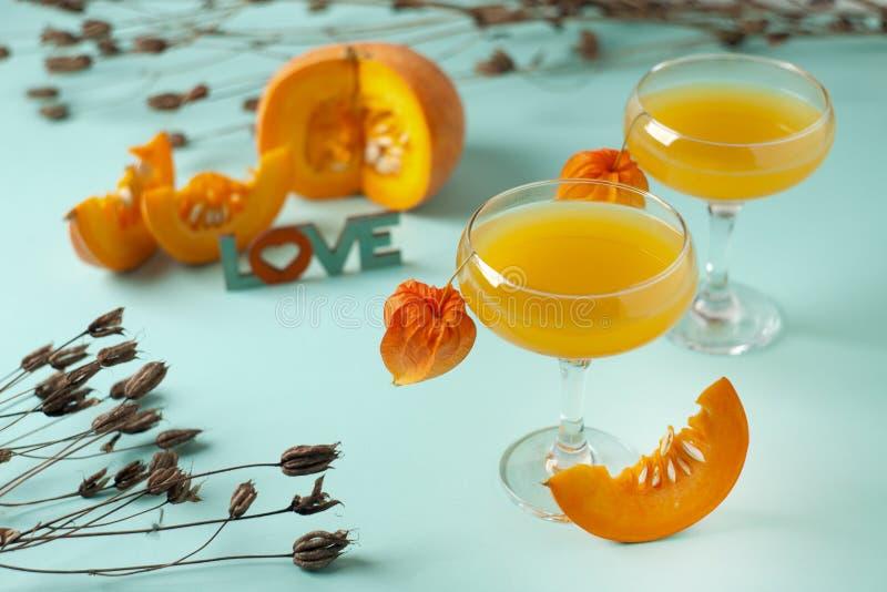 A abóbora e a laranja temperaram a bebida da queda, conceito do Dia das Bruxas fotos de stock royalty free