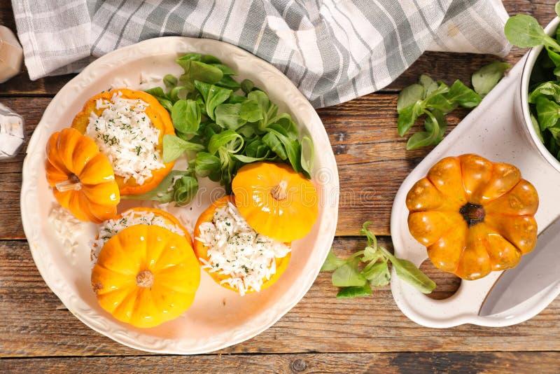 Abóbora e salada enchidas imagens de stock royalty free