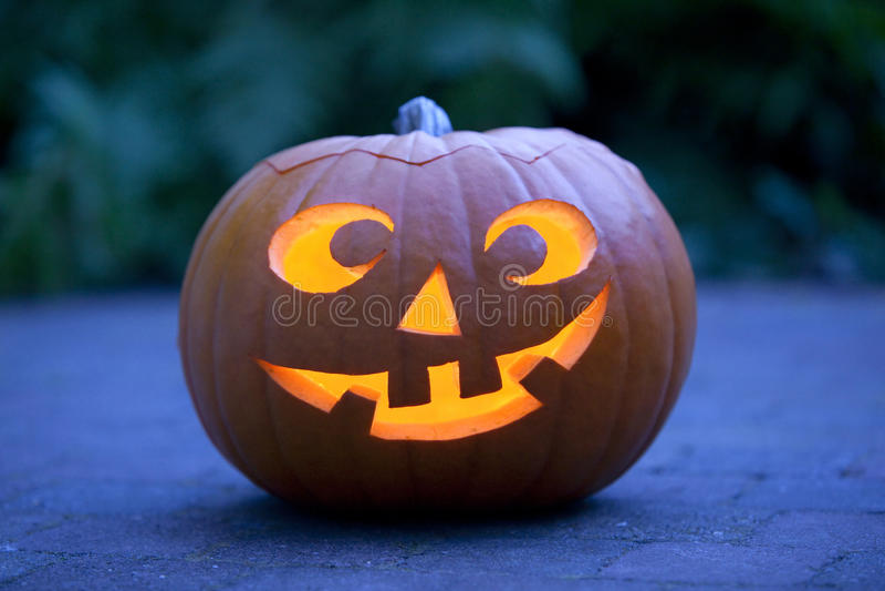 Abóbora iluminada de Halloween no jardim fotos de stock