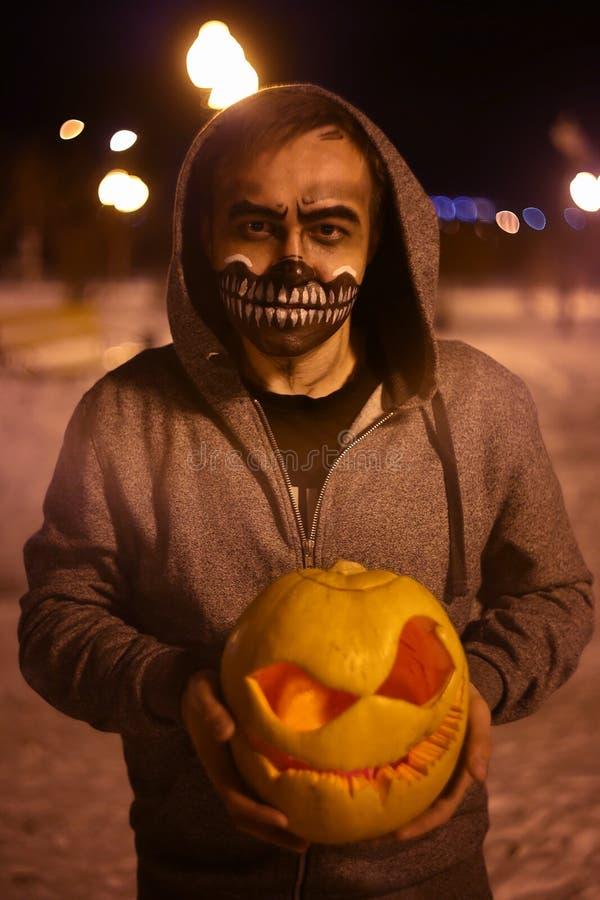 Abóbora para Dia das Bruxas na cara assustador das mãos imagem de stock royalty free