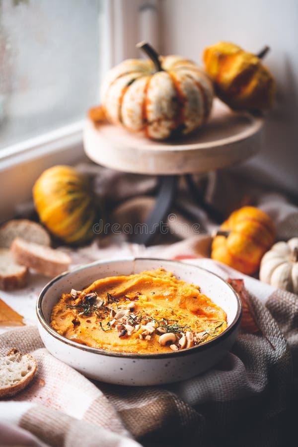 Abóbora picante Hummus do Butternut com amendoim fotografia de stock royalty free