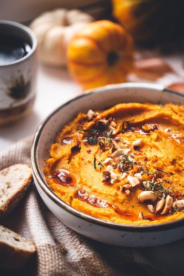 Abóbora picante Hummus do Butternut com amendoim foto de stock royalty free