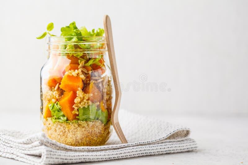 Abóbora, salada do quinoa em um frasco Conceito do alimento do Vegan imagem de stock