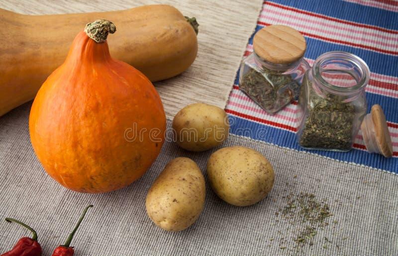 Download Abóboras Com Batata, Pimentas De Pimentão Vermelho E As Especiarias Italianas Foto de Stock - Imagem de colorido, pimenta: 80100788